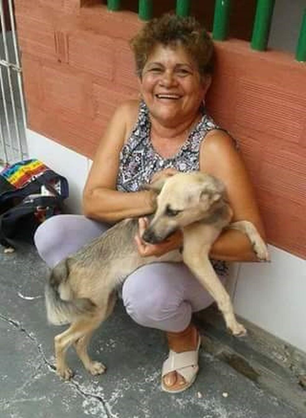 Raimunda Antônia criou hotel em frente à sua casa para acolher animais (Foto: Foto: Reprodução Ádna Figueira)