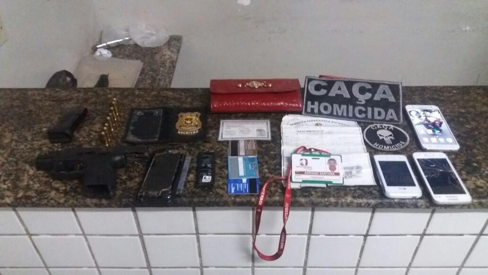 Polícia encontrou a pistola ponto 40, munições, quatro celulares, uma bolsa vermelha, cartões e documentos embaixo do colchão de outro suspeito  (Foto: Divulgação/PM)