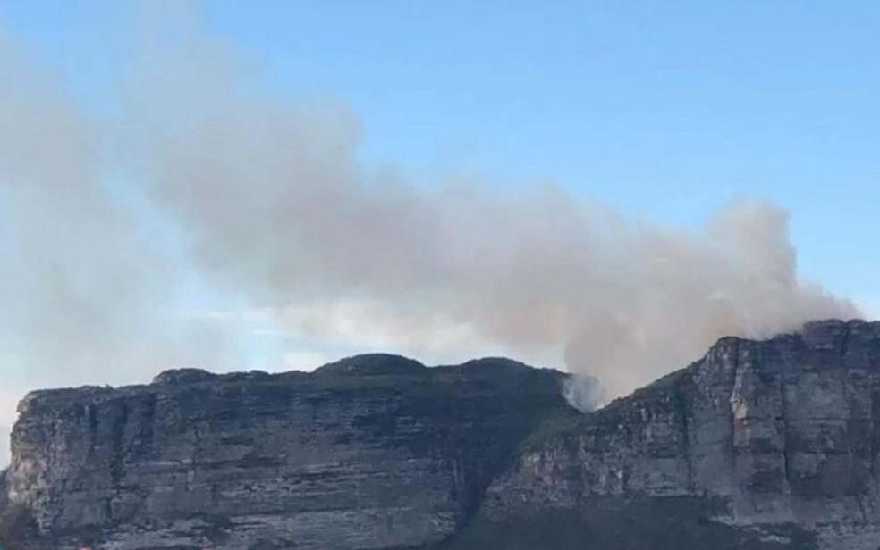 Morro do Camelo, na Chapada Diamantina, tem focos de incêndio — Foto: Reprodução/TV Bahia