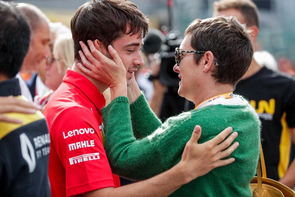Charles Leclerc consola mãe de Anthoine Hubert em Spa-Francorchamps — Foto: EFE