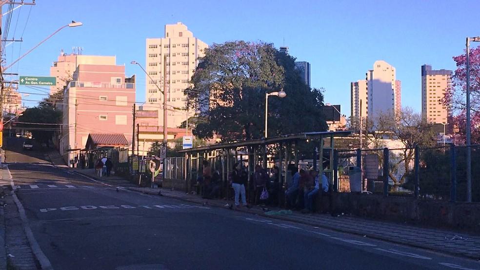 Passageiros amanheceram em pontos de ônibus perto da rodoviária de Sorocaba (Foto: Priscila Mota/TV TEM)