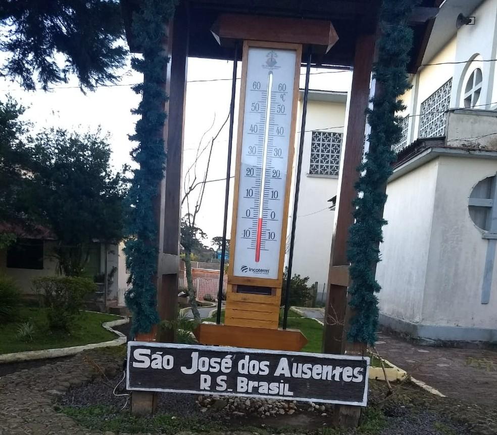 Termômetro de rua marcava 0°C em São José dos Ausentes na manhã desta sexta-feira (8) (Foto: Mana Guimarães/Arquivo Pessoal)