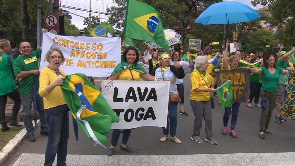 Manifestantes se reuniram no Parcão, em Porto Alegre, a favor da Lava Jato e contra o STF — Foto: Reprodução