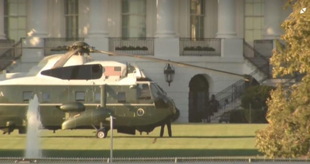 Helicóptero pousado no gramado da Casa Branca na tarde desta sexta-feira (2) — Foto: NBC