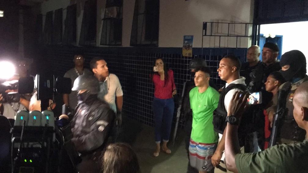 Suspeitos deixaram o local após as 19h e foram levados para a Central de Flagrantes — Foto: Alan Oliveira/ G1