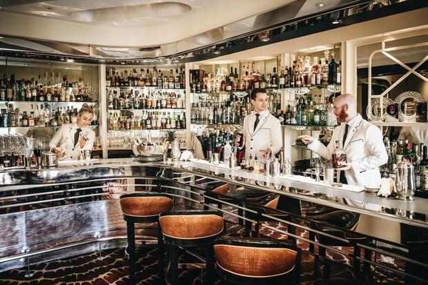 A equipe do American Bar continua seguindos os passos de Ada Coleman, Harry Craddock e Peter Dorelli, três dos mais famosos bartenders de todos os tempos (Foto: reprodução instagram (@thesavoylondon)