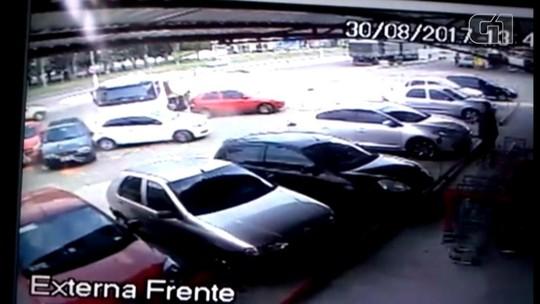 Caminhão desengatado e sem motorista atravessa avenida e atinge cinco carros em Cruz Alta