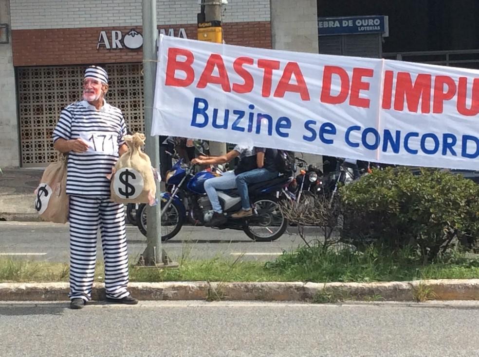 Faixa pede 'basta de impunidade' na porta do Tribunal de Justiça de Minas Gerais, em Belo Horizonte, durante julgamento de recurso contra condenação em segunda instância de Eduardo Azeredo (PSDB) (Foto: Danilo Girundi/TV Globo)