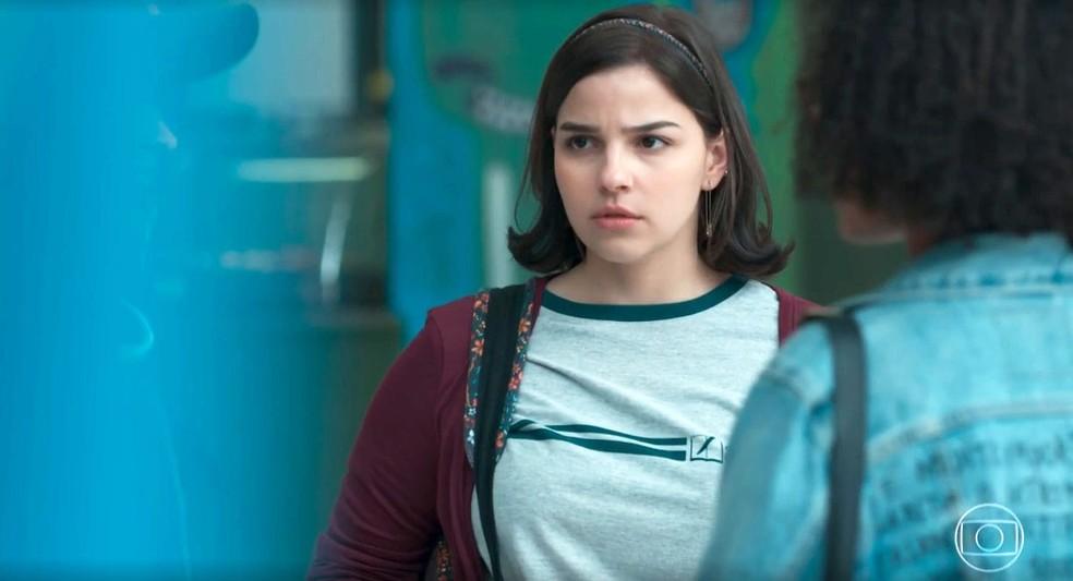 Keyla (Gabriela Medvedovski) fica bolada com fofoca sobre Tato (Matheus Abreu) em 'Malhação - Viva a Diferença' — Foto: Globo
