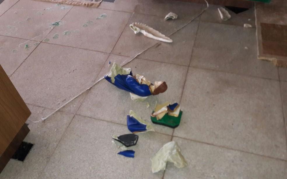 Imagens ficaram destruídas após ataque de homem, no extremo sul da Bahia (Foto:  Água Preta News)