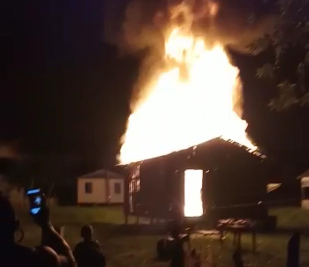 Adolescente é apreendido suspeito de colocar fogo na casa de ex por não aceitar fim da relação no AC