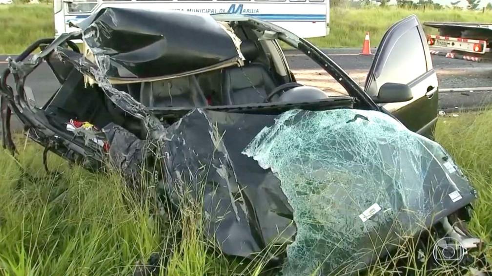 Apesar da destruição do carro, motorista que provocou o acidente, segundo a polícia, não se feriu com gravidade (Foto: TV TEM/Reprodução)