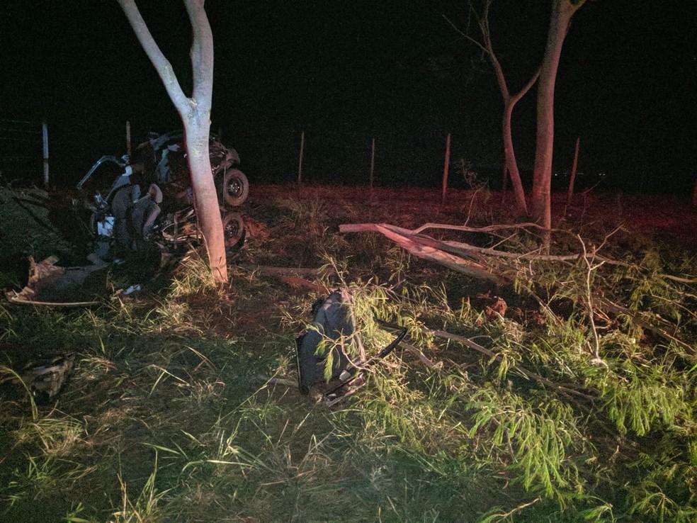 Veículo atingiu uma árvore após capotar em Ibitinga  — Foto: Alexandre Donizete / Arquivo pessoal