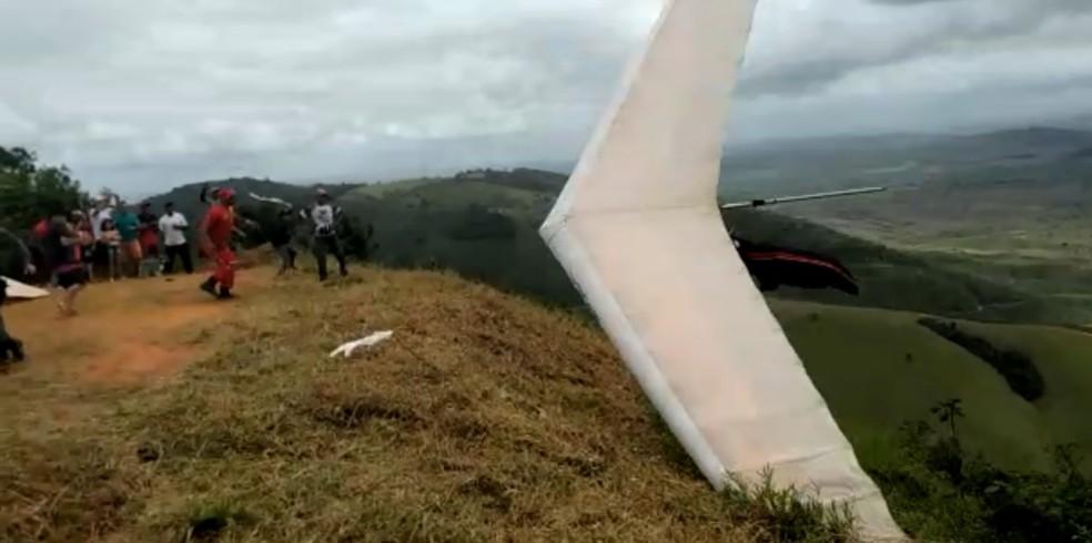 Piloto de asa delta sofreu a cidente e ficou insconsciente durante torneio, neste domingo (13), em Vicência, no interior de Pernambuco — Foto: Reprodução/WhatsApp