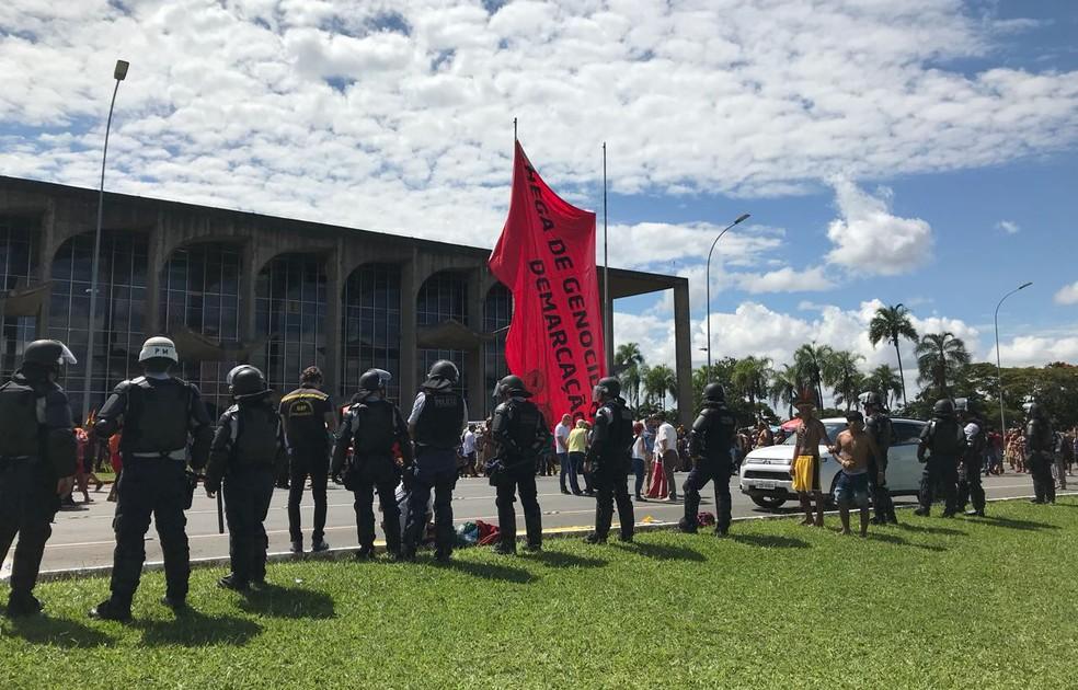 Índios fecham Esplanada dos Ministérios durante marcha rumo ao Congresso Nacional (Foto: Luiza Garonce/G1)