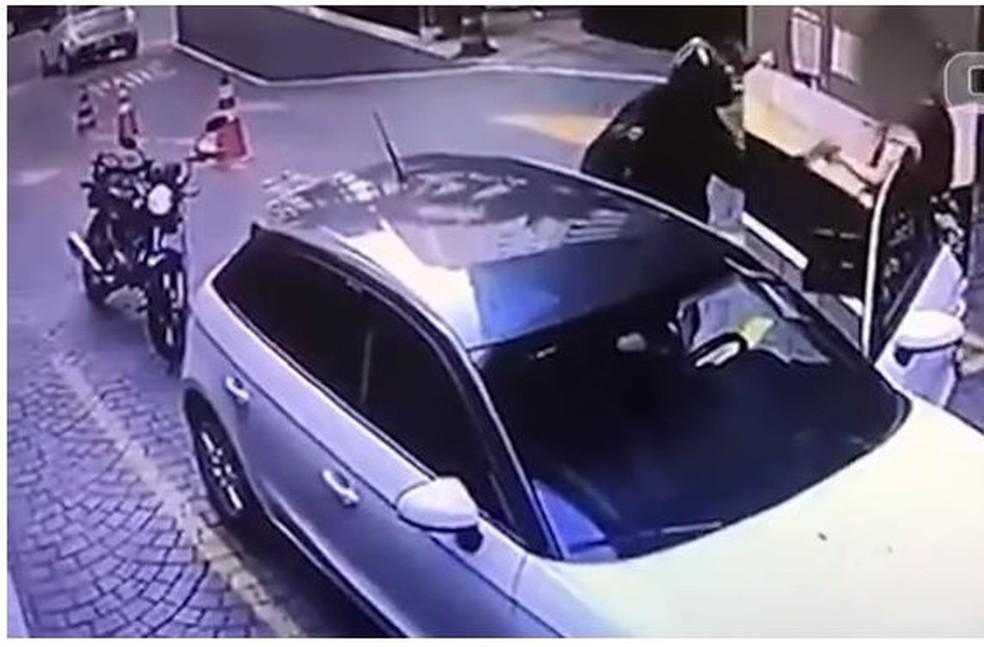 Câmera de segurança grava motociclista roubando relógio Rolex de psicóloga na Zona Sul de São Paulo — Foto: Reprodução/Divulgação/Polícia Civil