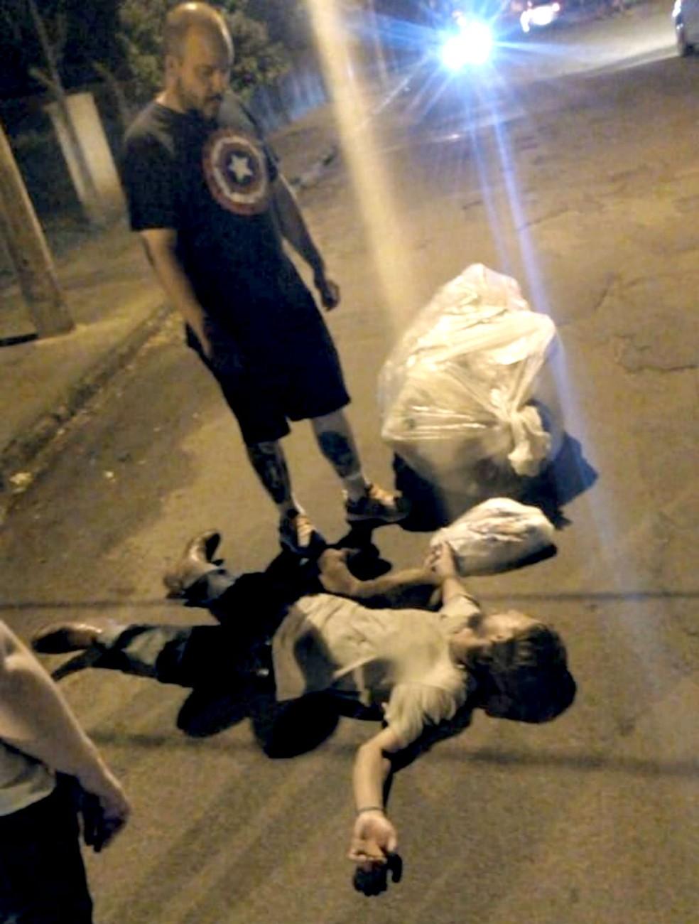 Moradores do bairro observam o catador desamaido e seu cão: exemplo de fidelidade — Foto: Thaís Brandão/Arquivo pessoal