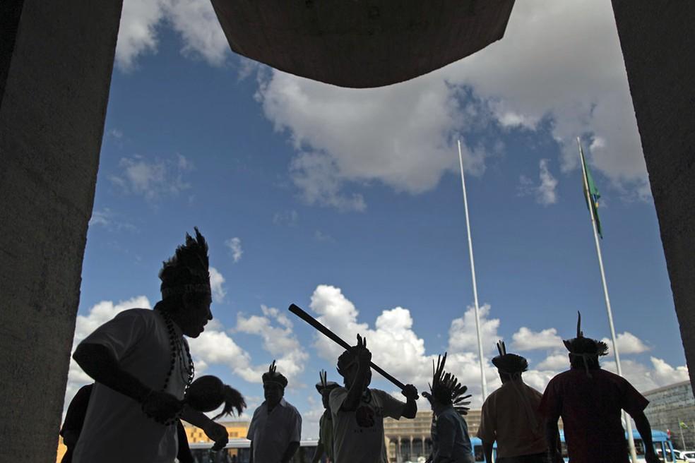 Índios Kaingang, Guarani e Charrua do Rio Grande do Sul, Santa Catarina e Paraná continuam protesto nesta quinta (31) em Brasilia, na Esplanada dos Ministérios. (Foto: Ueslei Marcelino/Reuters)