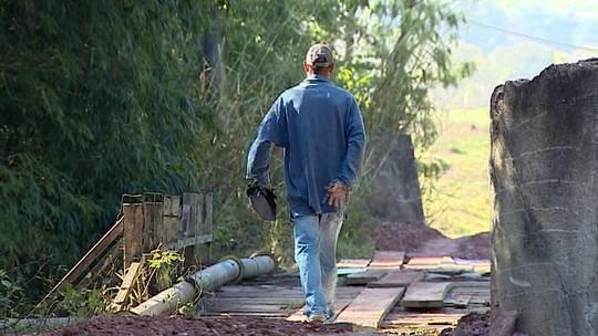 Moradores se arriscam ao passarem por ponte interditada em distrito de Rio Claro