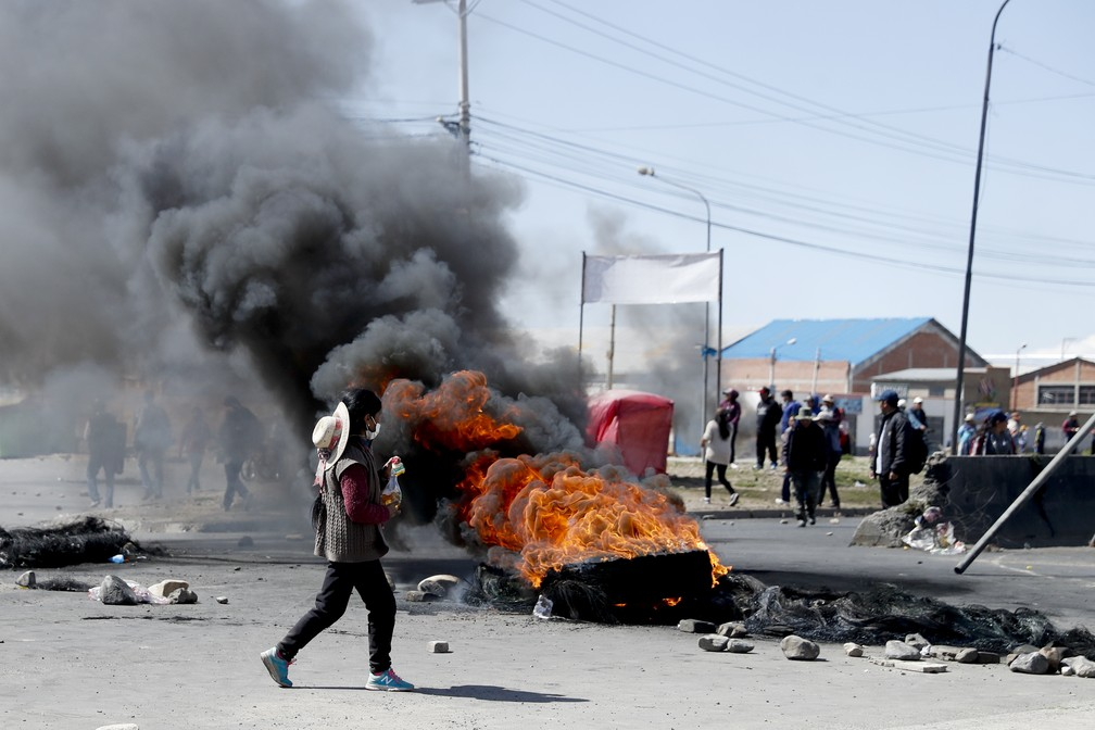 Manifestantes queimam pneus em El Alto, na Bolívia, em barricada nesta terça-feira (19) — Foto: Natacha Pisarenko/AP Photo