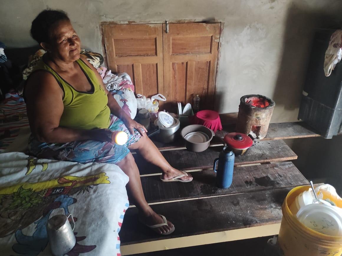 Casal improvisa estrutura para subir móveis e se recusa a sair de casa alagada com medo de furtos