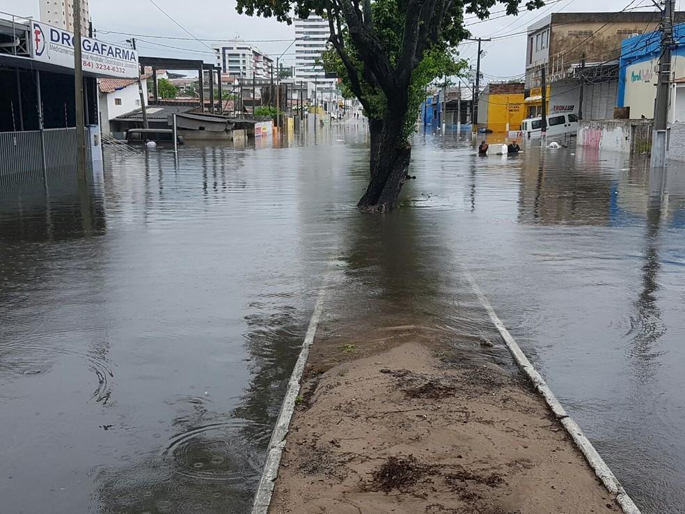 Avenida Capitão-Mor Gouveia, em 2017. Região sempre enfrenta alagamento em períodos de chuva — Foto: Jefferson Honorato