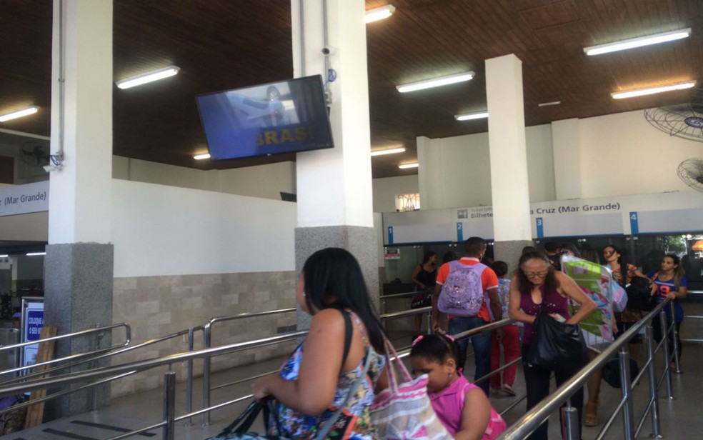 Travessia Salvador - Mar Grande para por causa da maré baixa (Foto: Juliana Almirante / G1)