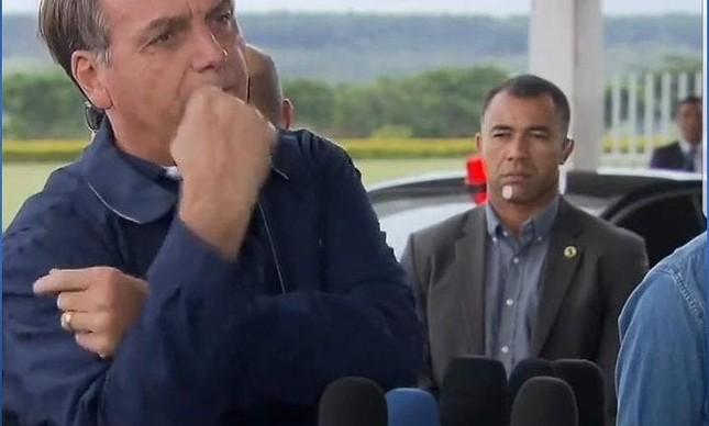 Jair Bolsonaro faz gesto de banana a jornalistas no Alvorada