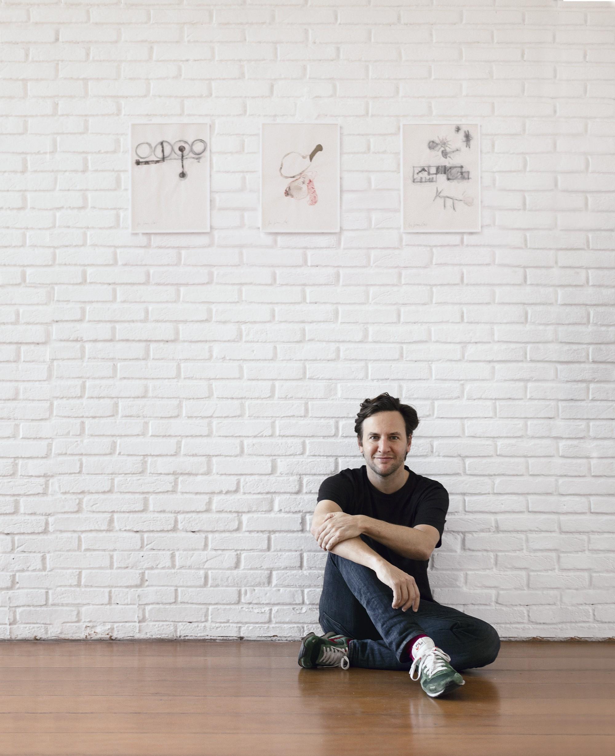 Ricardo Kugelmas posa com as obras de Antonio Dias (Foto: Rafael Jacinto)