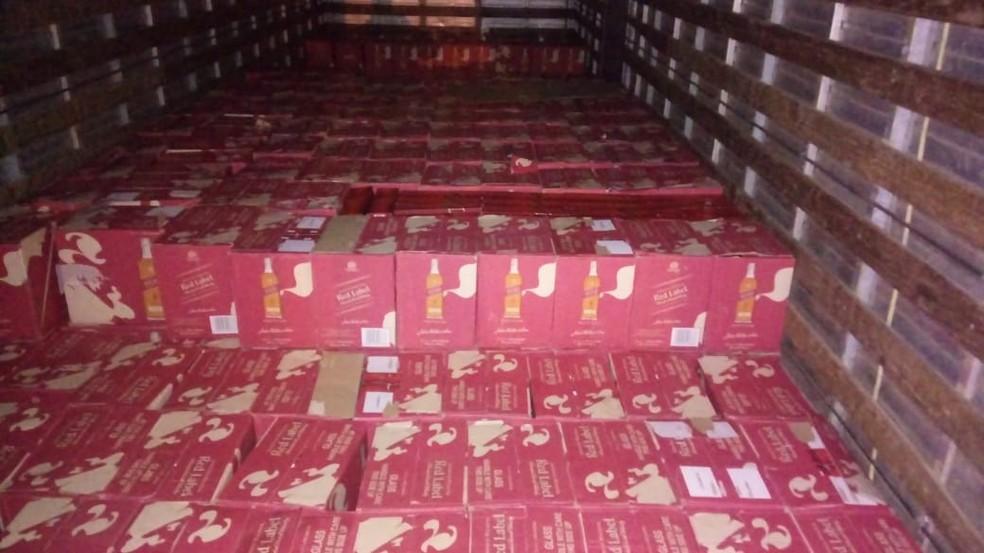 Caminhão levava mais de 300 caixas de bebida contrabandeadas, diz polícia — Foto: Divulgação/Brigada Militar