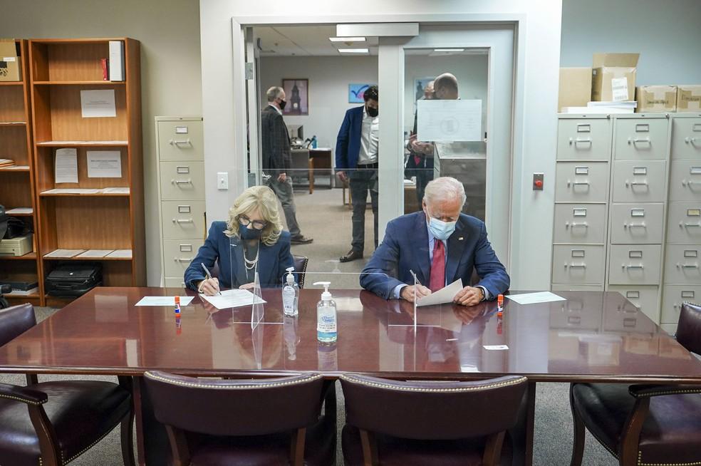 Biden e sua esposa Jill votam antecipadamente nesta quarta-feira (28) para as eleições presidenciais nos EUA — Foto: Reprodução/Twitter/Joe Biden