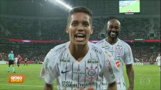 Corinthians derrota Atlético-PR em Curitiba