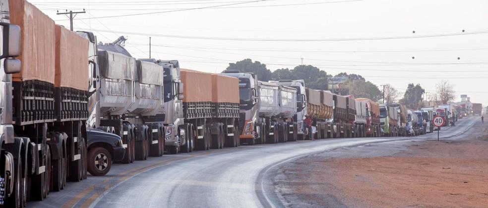 Caminhoneiros apoiadores do presidente Jair Bolsonaro fazem paralisação em estradas que dão acesso ao estado do Mato Grosso nesta quarta-feira (08). — Foto: CHICO FERREIRA/FUTURA PRESS/FUTURA PRESS/ESTADÃO CONTEÚDO