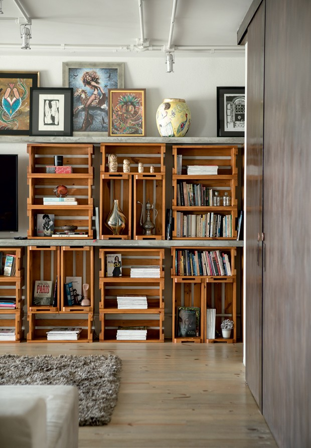 apartamento-decoracao-estudio-vitor-penha-estilo-industrial-concreto-aparente-estante-caixotes (Foto: Edu Castello/Editora Globo)