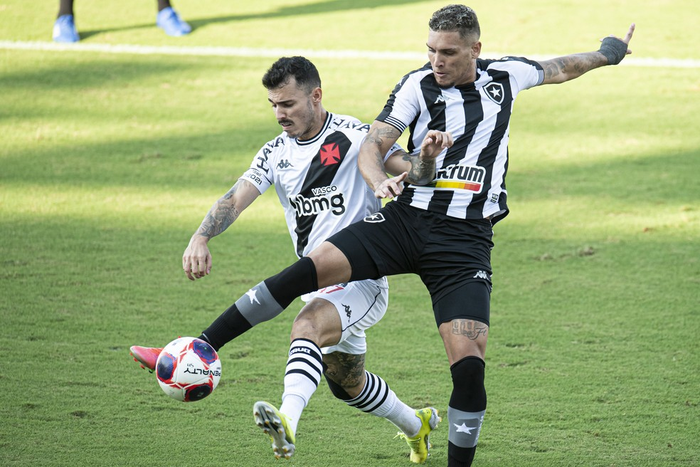 Rafael Navarro e Zeca em Vasco x Botafogo — Foto: Jorge Rodrigues/AGIF