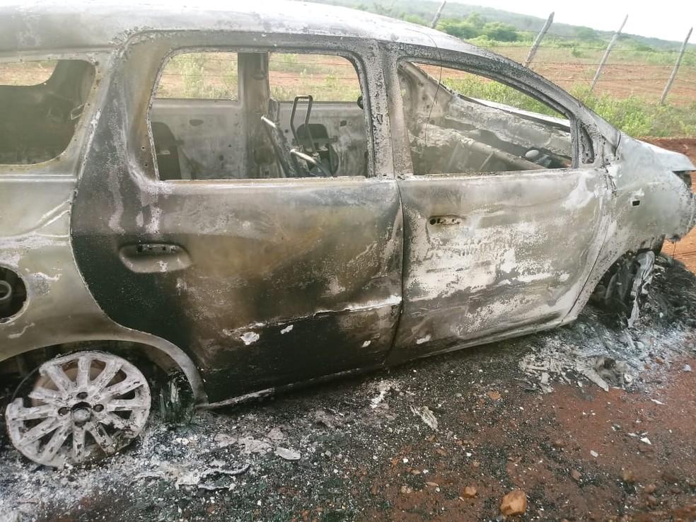 Táxi foi encontrado carbonizado na zona rural do município de Sítio Novo, no RN; corpo estava no porta-malas — Foto: Redes sociais