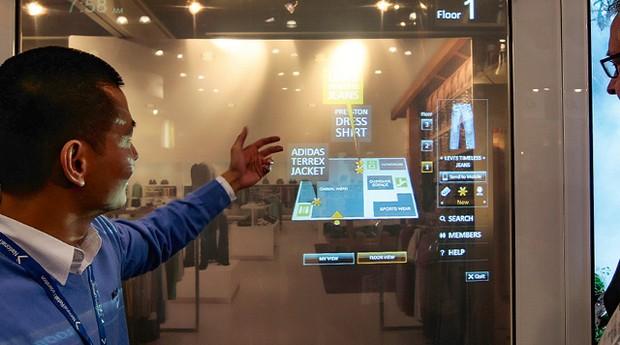 Sinalização digital, no estande da Microsoft (Foto: Getty Images/divulgação)