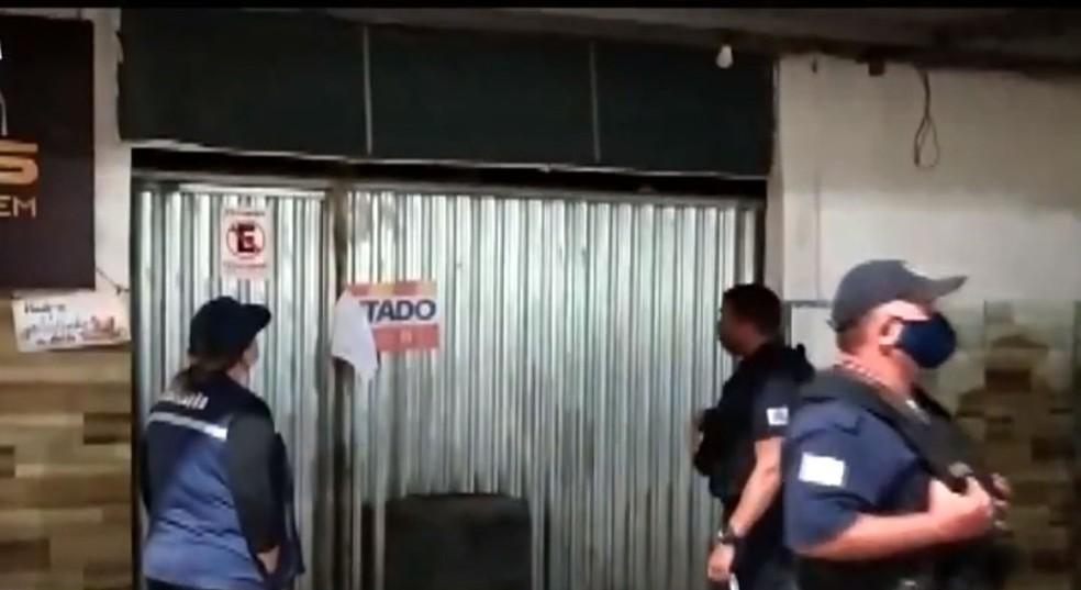 Covid-19: Dono de bar tranca clientes em estabelecimento e foge para evitar fiscalização na Bahia — Foto: Reprodução/TV Bahia