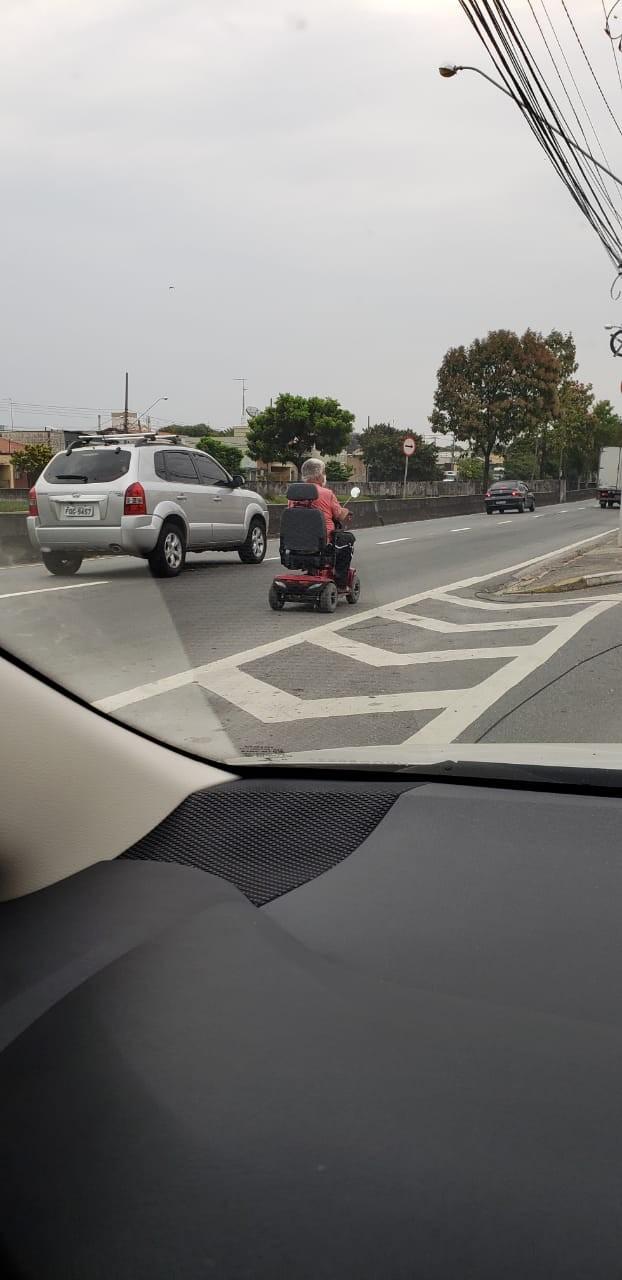 Homem é flagrado dirigindo carrinho elétrico a 8 km/h em avenida movimentada de Jundiaí