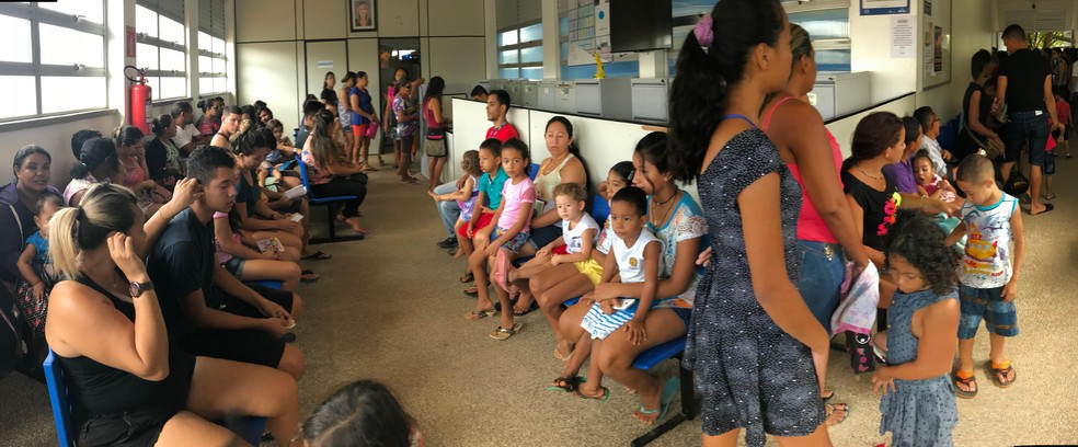 """Dezenas de pessoas foram se imunizar neste """"Dia D"""" contra o sarampo na Unidade Básica de Saúde Lupércio Lima Ferreira, na zona Oeste de Boa Vista. (Foto: Alan Chaves/G1 RR)"""