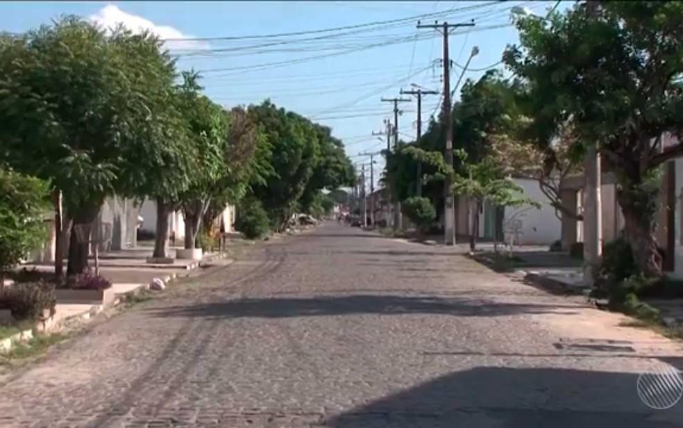 Rua do bairro Brasília onde o bebê com cerca de oito dias foi abandonado na Bahia (Foto: Imagem/TV Subaé)
