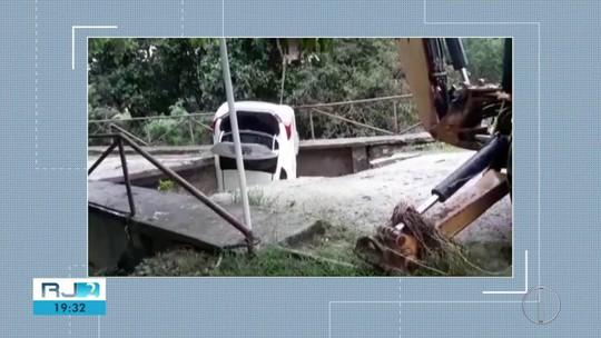 Motorista escapa de carro engolido por cratera durante chuva na Serra do Rio