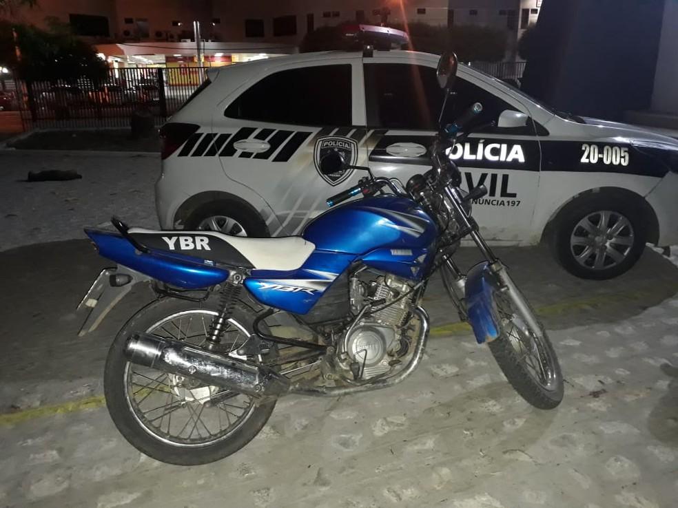 Após perseguição da polícia, dupla foi detida em uma moto Yamaha Ybr Azul em Cajazeiras, Sertão da Paraíba — Foto: Divulgação/Polícia Civil