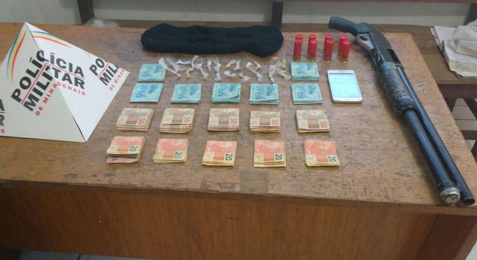Polícia Militar apreendeu dinheiro, arma, munição, celular e touca ninja, além de um carro (Foto: Juliana Peixoto/G1)