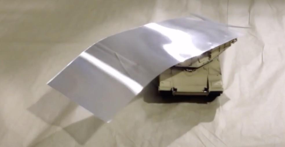 Tanque de brinquedo desaparece atrás do material que lembra papel — Foto: Reprodução/HyperStealth BioTecnologia