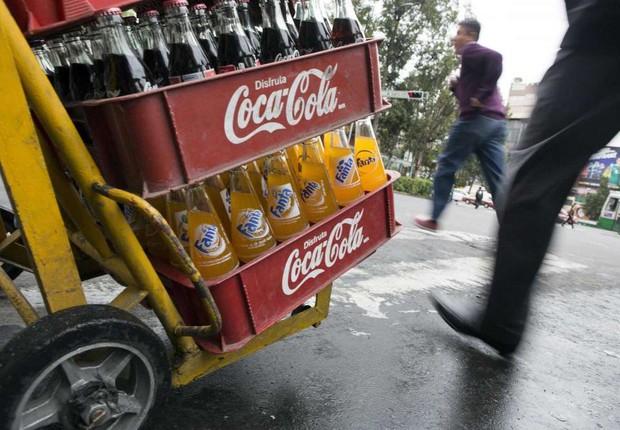 Funcionário da Femsa entrega refrigerantes da Coca-Cola na Cidade do México (Foto: Edgard Garrido/Reuters)