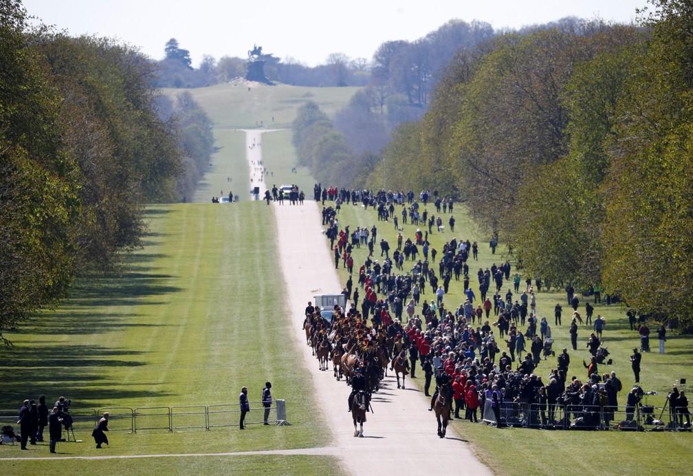 Pessoas tentam se aproximar do funeral de príncipe Philip em Windsor em 17 de abril de 2021 — Foto: Phil Noble/Pool/Reuters