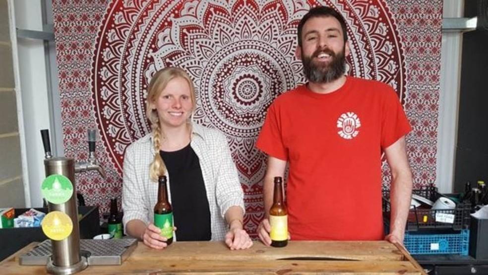 Becky Kean e o cunhado Andrew Keresey decidiram apostar nos rótulos sem álcool para que o pai dela, alcoólatra em recuperação, pudesse tomar uma boa cerveja — Foto: BBC