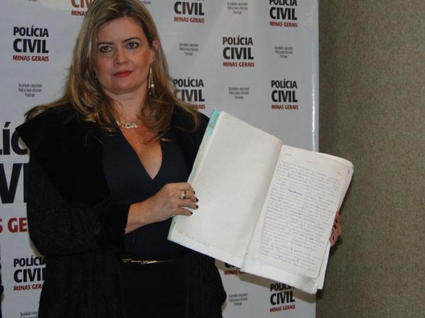 Delegada apresenta carta usada para indiciar ex-bancário. (Foto: Carolina Farah/G1)