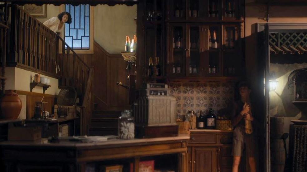 Shirley (Barbara Reis) tenta encontrar o ladrão do armazém, enquanto Alfredo (Pedro Sol/Nicolas Prattes) se esconde  — Foto: Globo